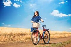 有bycicle的深色的女孩 库存图片