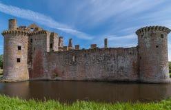 有Caerlaverock城堡,苏格兰两个塔的西边墙壁  图库摄影