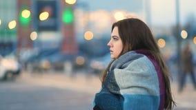 有capuccino颜色寒冷头发叹气的惊人的年轻式样女孩在都市街道上的有汽车的 平稳的凸轮,慢mo射击 影视素材