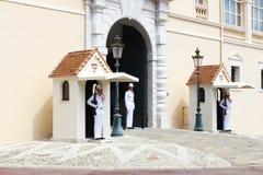 有carabiniers的警卫室临近王子摩纳哥的` s宫殿 免版税库存照片
