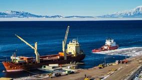 有cargoe的探险家船南极探险的 免版税库存照片