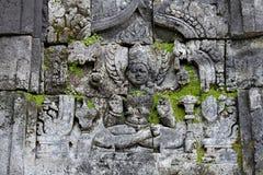 有carvingsand的装饰墙壁和在Sewu寺庙的绿色青苔 免版税库存照片