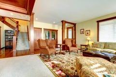 有chery木头和楼梯的豪华客厅。 库存图片