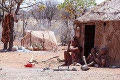 有childs的Himba妇女在脖子在村庄 库存图片