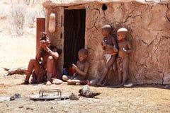 有childs的Himba妇女在脖子在村庄 免版税图库摄影