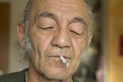 有cigaret的一位艺术家在他的嘴 库存图片