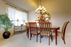 有clasic典雅的家具的餐厅。 免版税库存照片