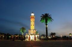 有clocktower的夜地方在伊兹密尔。 免版税库存图片