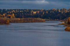 有cloudscape的森林湖,Puzhanier湖,俄罗斯 图库摄影