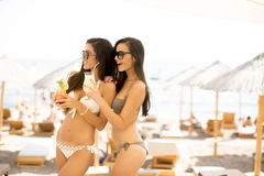 有coctails的少妇在海滩 免版税库存照片