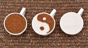 有coffe和糖的三个完善的加奶咖啡杯子 免版税图库摄影