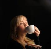 有coffe的少妇在一个黑暗的背景 免版税库存图片