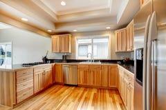 有coffered天花板的明亮的木厨房 免版税图库摄影