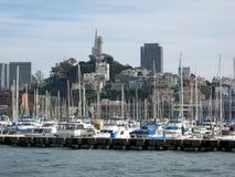 有Coit塔的旧金山小游艇船坞 库存图片