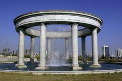 有columns1的喷泉 免版税库存照片