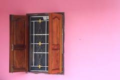 有concreat墙壁和木头窗口的桃红色生动的家与加工 免版税库存图片