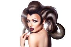 有creatie垫铁的诱人的成人年轻女性在发型厕所 库存图片