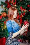 有cristmas装饰品的女孩 图库摄影