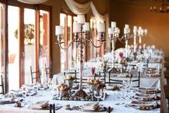 有decoarated桌的结婚宴会大厅 库存图片