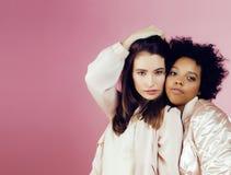 有diversuty的不同的国家女孩在皮肤,头发 亚洲,斯堪的纳维亚,非裔美国人快乐情感摆在  免版税库存照片