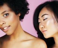 有diversuty的不同的国家女孩在皮肤,头发 亚洲,斯堪的纳维亚,非裔美国人快乐情感摆在  库存图片