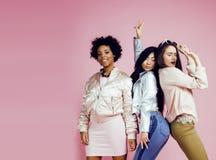 有diversuty的不同的国家女孩在皮肤,头发 亚洲,斯堪的纳维亚,非裔美国人快乐情感摆在  免版税图库摄影