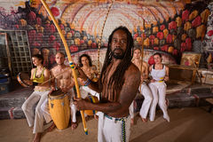 有Dreadlocks和仪器的Capoeira人 库存图片