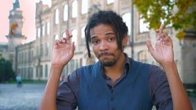 有dreadlocks的但愿他的盼望在大学的运气的非裔美国人的学生特写镜头画象  影视素材