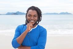 有dreadlocks的可爱的非裔美国人的人在海滩 库存照片