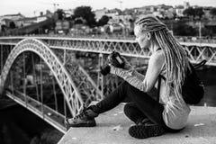 有dreadlocks的,在照相机,老城市,波尔图,葡萄牙的图片少妇 免版税库存图片