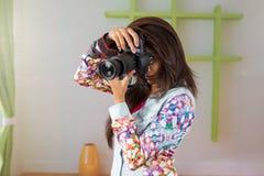 有DSLR照相机的印度女性摄影师 免版税库存照片