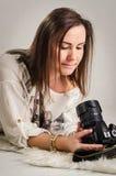 有DSLR照相机的妇女摄影师 免版税库存照片