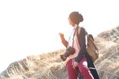 有dslr照相机的妇女行家摄影师 太阳镜的时髦的女孩有在自然的一台照相机的 图库摄影