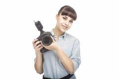 有DSLR照相机的年轻白种人女性摄影师在T之前 库存图片