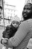 有duing一次反法西斯游行的一个小女儿的非洲父亲 图库摄影