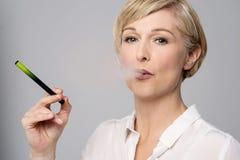 有e香烟的妇女 库存图片