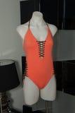 有eco和平設計師的一個時裝模特在吊床時尚介紹時游泳服裝 圖庫攝影圖片