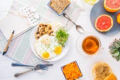 有emty空白和健康早餐板材的用炒蛋,乳酪笔记本,烤了蘑菇和新芽微绿色在Th 库存图片