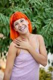 有enjoing一轻松的天的红色头发的激动的妇女 免版税库存照片