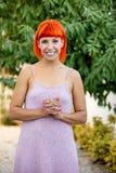 有enjoing一轻松的天的红色头发的激动的妇女 图库摄影