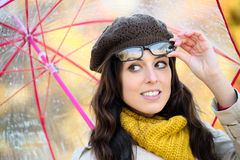 有eyewear的在autum下的妇女和伞下雨 免版税库存图片