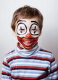 有facepaint的小逗人喜爱的男孩喜欢小丑,哑剧表示接近  免版税库存照片