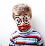 有facepaint的小逗人喜爱的男孩喜欢小丑,哑剧表示 免版税库存照片