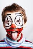 有facepaint的小逗人喜爱的真正的男孩喜欢小丑,哑剧expre 免版税库存图片