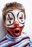 有facepaint的小逗人喜爱的真正的男孩喜欢小丑,哑剧expre 免版税图库摄影