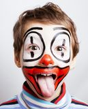 有facepaint的小逗人喜爱的真正的男孩喜欢小丑,哑剧expre 库存照片
