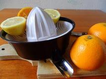 有fesh橙色柑橘的剥削者在木板 免版税库存图片