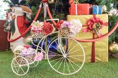有flower&礼物的微型葡萄酒自行车 库存图片