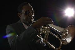 有Flugelhorn的美国黑人的爵士乐音乐家 免版税图库摄影