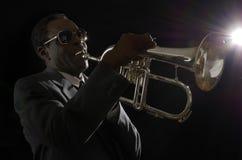 有Flugelhorn的美国黑人的爵士乐音乐家 免版税库存图片